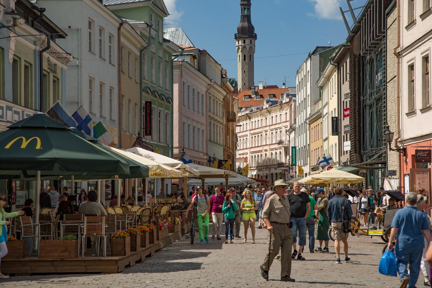 Gezellige drukte in de straten van Tallinn