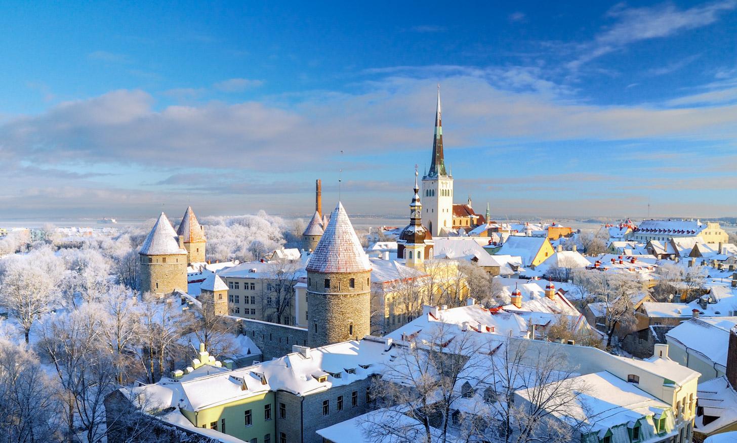 Winters weer in Tallinn zorgt voor een wit laagje sneeuw over de stad.